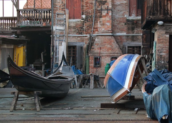 How gondolas are born: a journey to discover traditional Venetian craftsmanship